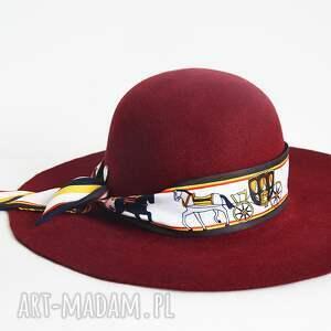 bordo kapelusz konie