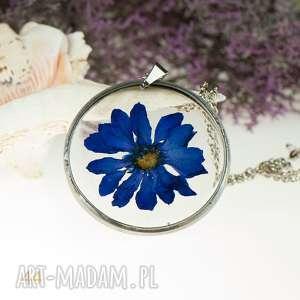 naszyjniki z naszyjnik suszonymi kwiatami, herbarium jewelry, kwiaty w żywicy
