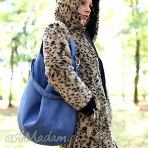 Granatowa torba worek z regulowanym paskiem do noszenia na ramieniu lub skos