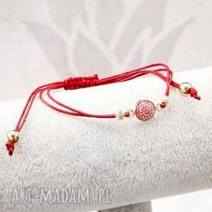 Czerwona bransoletka sznurkowa ze srebrem i żywiczną mozaiką,