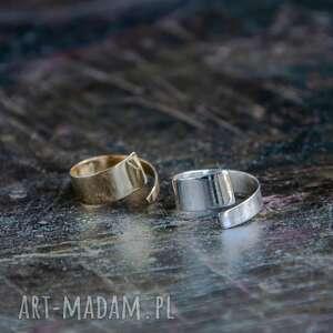 mosiężny minimalistyczny pierścionek, mosiądz, surowy, zawinięty