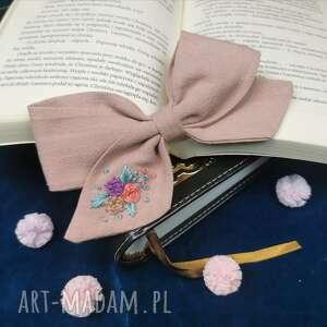 pastele na różu, kokarda, spinka, dziewczynka, haftowane kwiaty, długie włosy