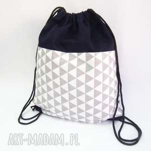 szare trójkąty, plecak, worek, trójkąty