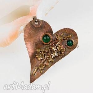 Prezent B828 Miedziane serce z zielonymi onyksami, wisiorek, romantyczny,