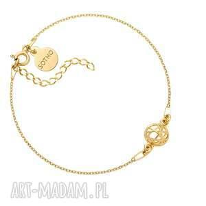 ręcznie robione złota bransoletka z ozdobną zawieszką