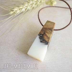 wisiorki prosty wisior z drewna i białej żywicy, biżuteria