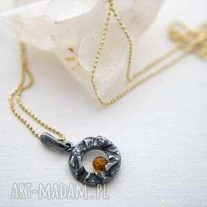 Srebrny mały wisiorek z bursztynową kulką wisiorki anna kaminska