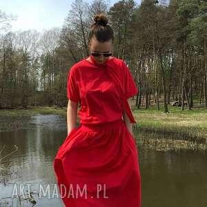 red dress, czerwona, letnia, minimalistyczna, takiowana, klasyczna, sportowa