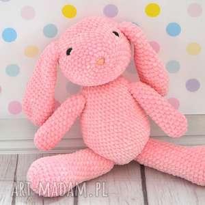 ręcznie robione maskotki szydełkowy króliczek z dedykacją różowy