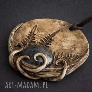 Wisior w formie medalionu z metaliczną ceramiką i odciskiem paproci, medalion