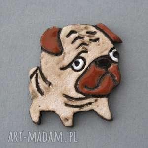 mopsik-broszka ceramiczna - pies, wielbiciel, święta, urodziny, prezent, czapka