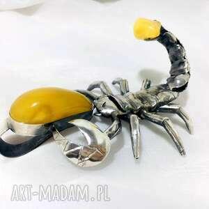 unikat skorpion wisior rzeźba bursztyn srebro 925, skorpion
