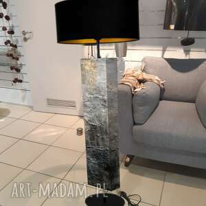 kamień i złoto - modna lampa podłogowa w stylu eklektycznym, szara dekoracja