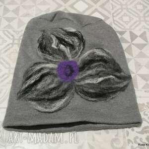 ręczne wykonanie czapki czapka handmade wełniana z kwiatem-czesanką filcowane wełniane