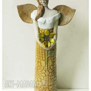 anioł ze słonecznikiem i liściem na głowie, ceramika, anioł, słonecznik, kwiat