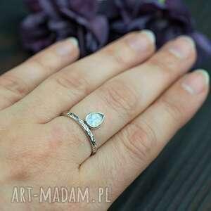 srebrny pierścionek kamień księżycowy łezka, pierścionek