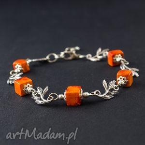 bransoletka z pomarańczowym howlitem, bransoletka, kamień, kostka, listki, regulowana