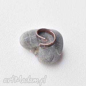 Pierścionek z oksydowanej miedzi /7/, pierścionek, pierścień, kuta, oksydowana, miedż