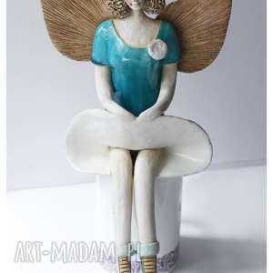 Aniołek w niebieskiej podwianej sukni ceramika wylegarnia