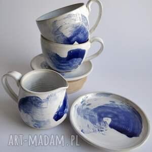 ceramika zestaw składający się z dwóch filiżanek ze spodkami i dzbanuszka 3