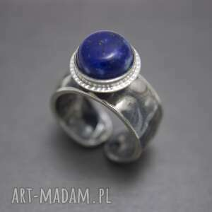 srebrny pierścionek z lapis lazuli, kamieniem