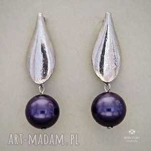 Kolczyki z perłą niebiesko fioletową, sztyfty, metal, perła, liść