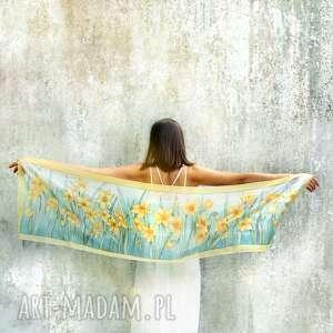 żonkile na jedwabnym szalu ręcznie malowanym - narcyzy turkusowym tle w stylu