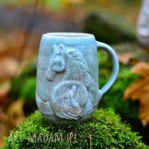 handmade ceramika duży kubek kamionkowy z koniem  miętowo beżowy  430