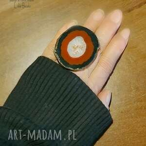 pierścień koneserski agat gigant na palcu, jakiego nie ma nikt inny