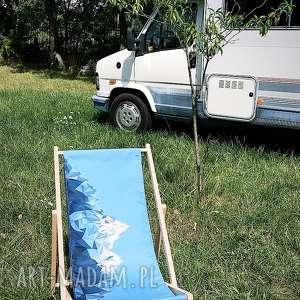 dom leżak niebieski z górami