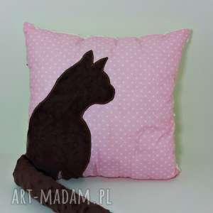 poduszka z kotem i ogonem 3d brązowy kot na różowym maczku, poduszka-z-kotem