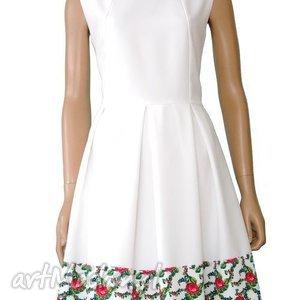 ręczne wykonanie sukienki biała sukienka z kontrafałdami tradycyjny wzór góralski