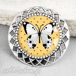 BROSZKA Z GRAFIKĄ W SZKLE :: biały motyl na żółtym tle, motylek, biel, biała, stylowa