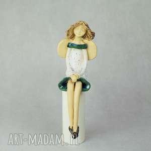 ręcznie zrobione ceramika anioł siedzacy