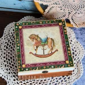 ręcznie robione świąteczne prezenty pudełko drewniane z konikiem