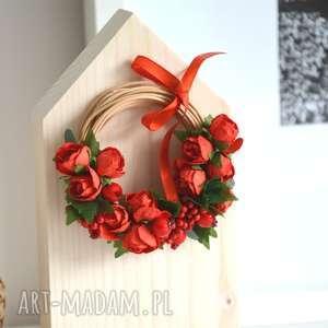 ręcznie zrobione dekoracje domek z wiankiem