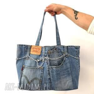 duża torba z jeansu ozdobnym łańcuszkiem, torba, torebka jeans, jeans