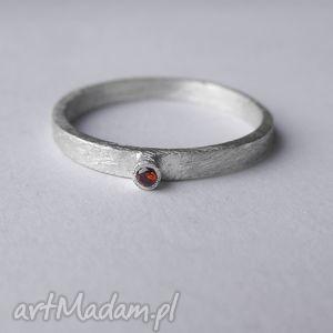 okrąg pierścionek, srebro, zmatowione, cyrkonia biżuteria