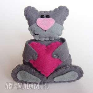 pomysł na upominki święta Zakochany miś broszka z filcu, filc, miś, broszka, serce