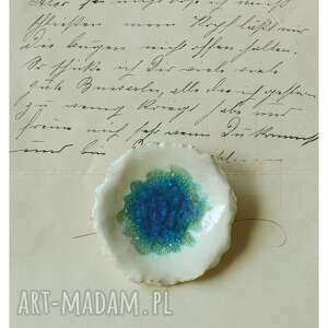 Broszka kwiatowa z zatopionym niebieskim szkłem broszki