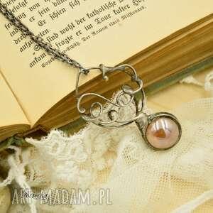 Prezent Magiczna kula w pudrowym różu - naszyjnik stylu boho ze szkłem,