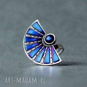 srebrny pierścionek wachlarz z tytanem