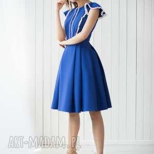 sukienki sukienka z pomponikami bg-pmp kolor - chabrowy, midi, kontafałdy, kobaltowa
