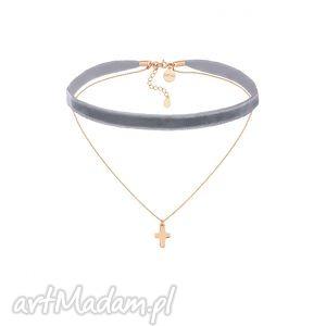 szary aksamitny choker z łańcuszkiem zdobionym krzyżykiem, modny