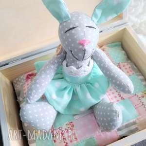 dla dziecka królik w pudełku skrzyneczce prezent, królik, chrzest, skrzynka