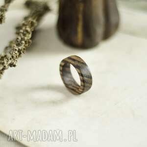 Prosta, męska obrączka z drewna zebrano obrączki drevniana
