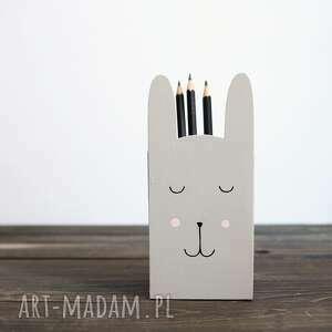 mały pojemnik na kredki - królik szary, kredki, pudełko drewniane