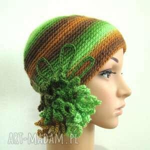 czapki czapka z ozdobą w zieleniach i brązach, czapka, ozdoba, fantazyjna