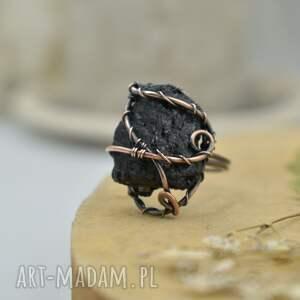Black - pierścionek z czarnym surowym turmalinem - wire wrapping surowy