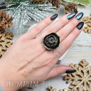 czarny pierścionek elegancki